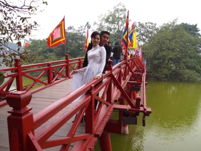 wedding photos at Hoan Kiem Lake