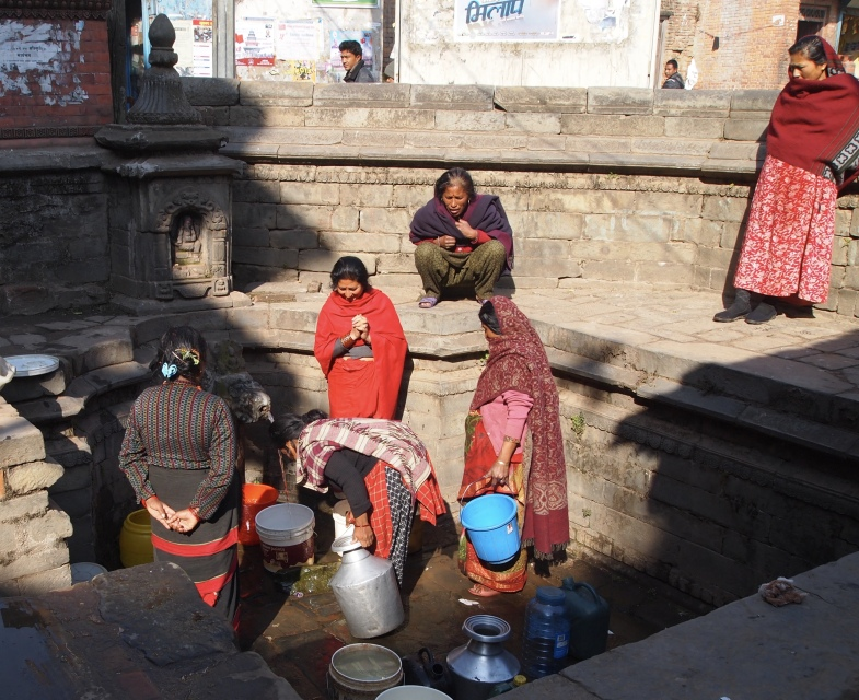 inhabitants waiting for water, which only comes a couple of hours in a day